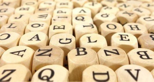 Primer plano de un juego de tipografía de letras en madera.