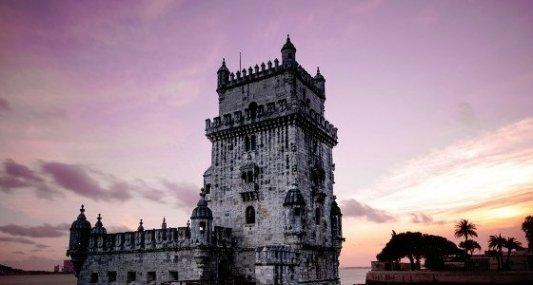 Bonito castillo cerca del mar durante una puesta de sol.