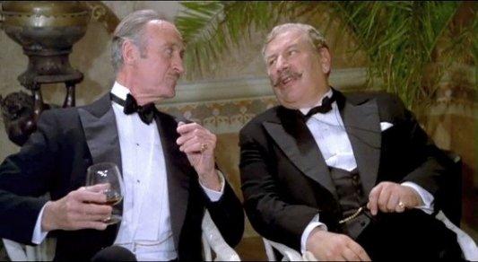Peter Ustinov como Poirot junto al capitán Hastings.