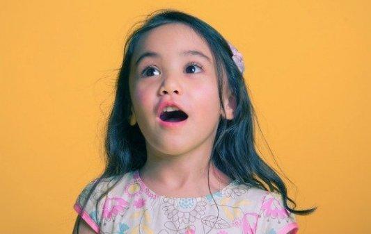 Retrato de una niña que muestra un cierto asombro