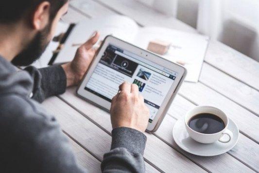 Hombre leyendo una web de información en una tableta