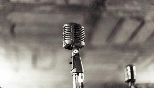 Micrófono retro perfecto para competiciones de poesía slam.