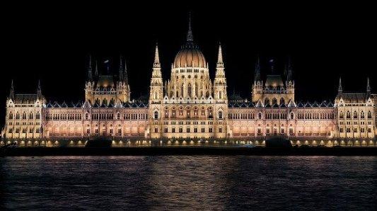Imagen nocturna del parlamento de Budapest.