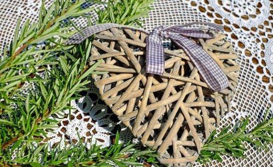 Corazón hecho a partir de trozos de madera con un lazo.