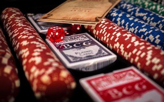 Cartas, dados y fichas para apostar en un casino.