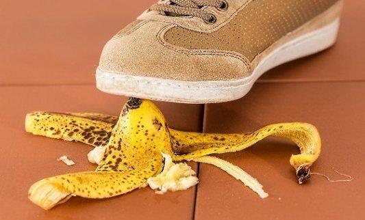 Persona a punto de pisar una cáscara de plátano.