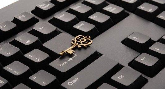Llave decorativa sobre un teclado de ordenador.