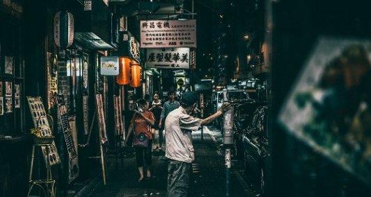 Detalle de un callejón nocturno en China.