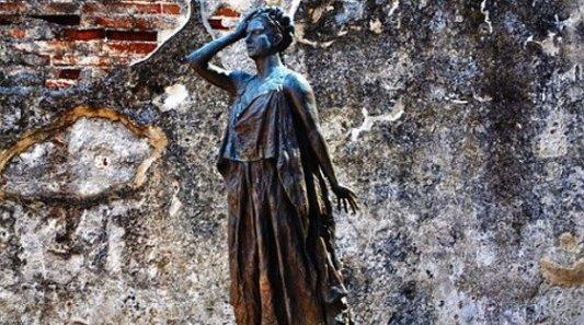 Estatua en bronce de una mujer romana.