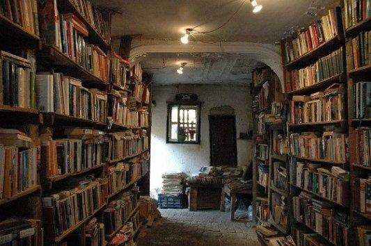 Imagen de una vieja librería con libros de segunda mano.