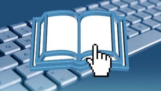 Teclado de ordenador junto a un icono de descarga de libros.