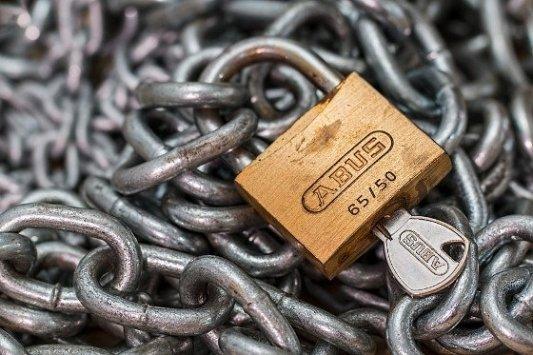 Cadena cerrada con un candado con llave.