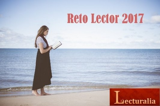 Mujer joven leyendo a la orilla del mar.