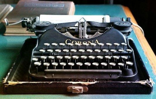 Vieja máquina de escribir Corona.