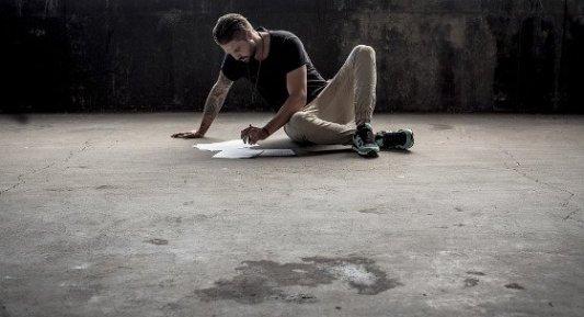 Chico joven escribiendo en el suelo.