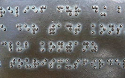 Texto en alfabeto Braille.