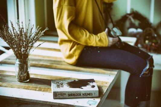 Libro sobre una mesa con fotógrafo al lado.