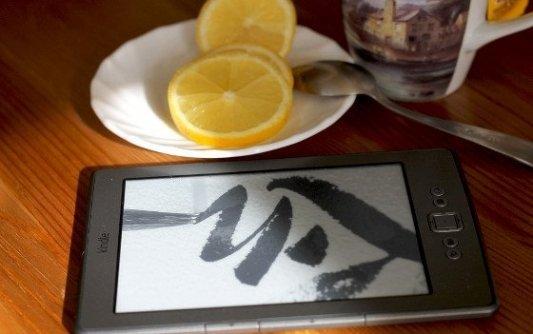 Libro electrónico con un té con limón.