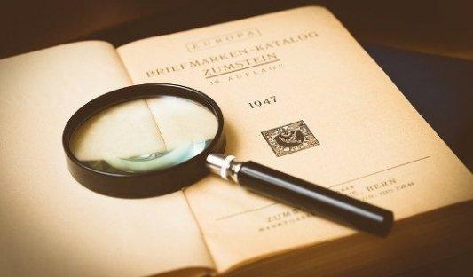 Lupa sobre un libro antiguo.