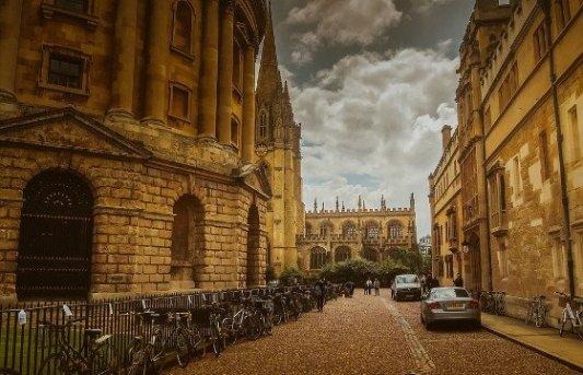 Típica calle de Oxford junto a la biblioteca Bodleiana.