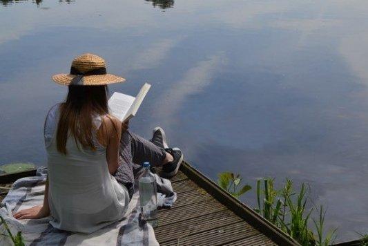 Lectura junto a un lago