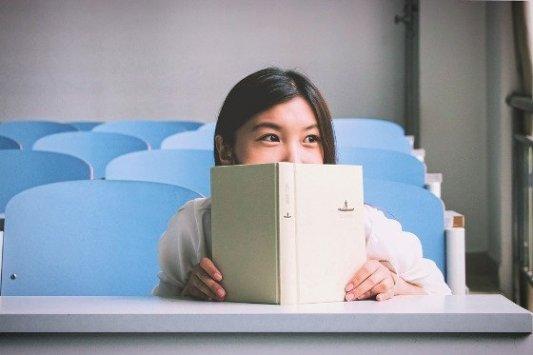 Chica joven leyendo un libro.