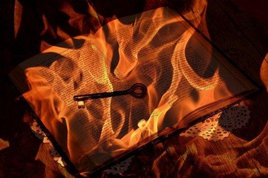 Libro en llamas.
