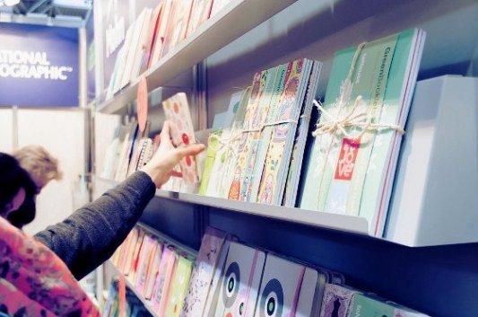 Detalle de libros especiales en una feria del libro.