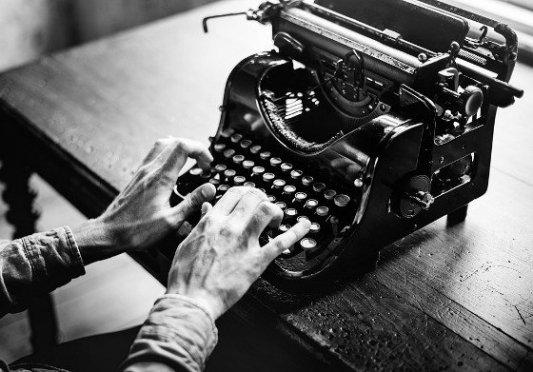 Escritor con una vieja máquina de escribir.