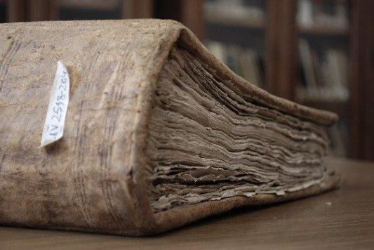 Libro viejo y lleno de polvo.