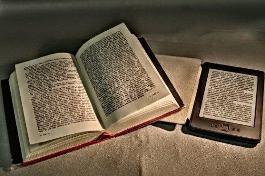 Libro en papel junto a libro digital.