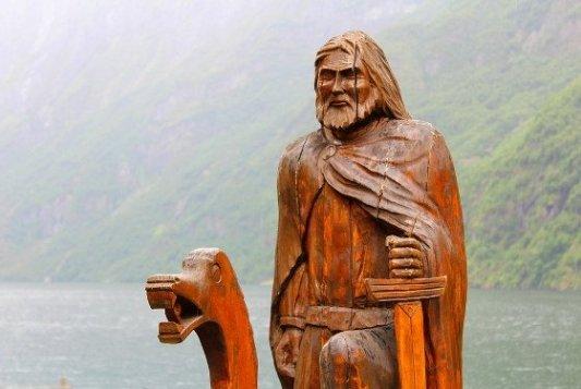 Talla vikinga de madera.