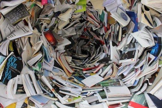 Libros apilados en un círculo.