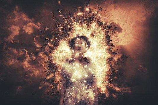 Imagen de mujer dentro de un campo de energía.