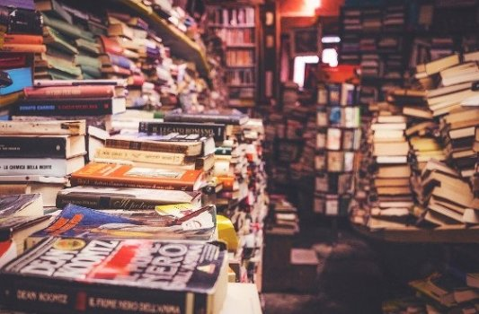 Interior de una librería desordenada.