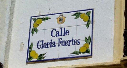 Calle dedicada a Gloria Fuertes en Estepona.