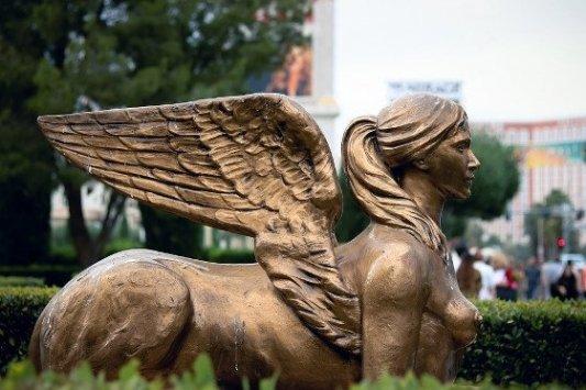 Estatua dorada de una esfinge.