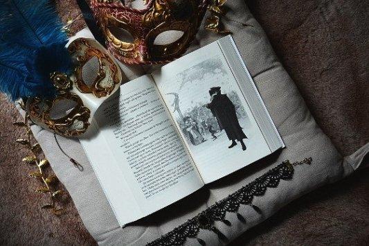 Libro ilustrado con máscara veneciana.