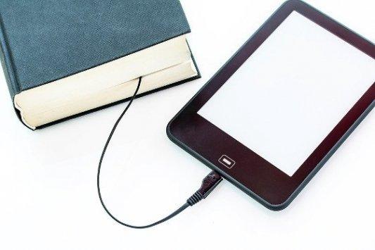 Libro conectado a un ereader con un cable..