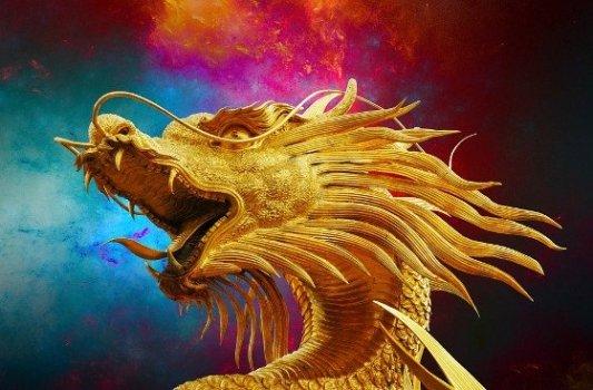 Estatua de un dragón dorado de fantasía.