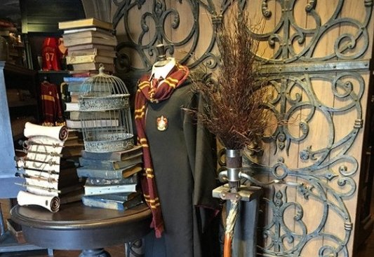 Escoba, uniforme y grimorios de Harry Potter.