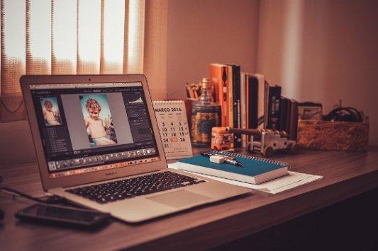 Escritorio con ordenador y libros