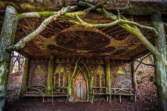 Cabaña en el bosque hecha de madera.