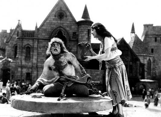 Fotograma de la película El jorobado de Notre Dame, con Lon Chaney.