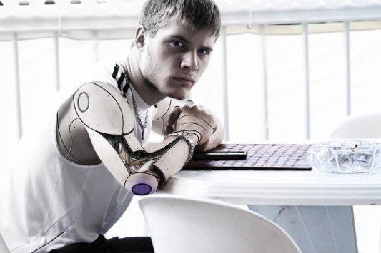 Ser humano con brazos de robot.