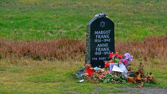 Memorial frente a la tumba de Ana Frank.