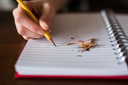 Bloc de notas con lápiz recién afilado.