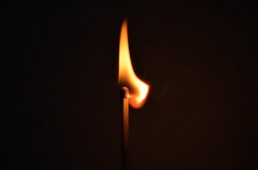 Primer plano de una cerilla en llamas