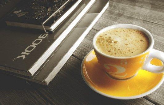 Taza de café y libros