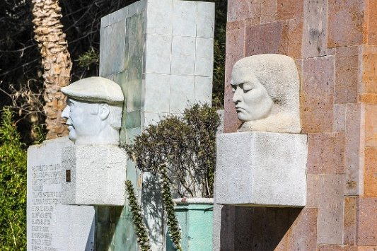 Bustos de Pablo neruda y Gabriela Mistral.